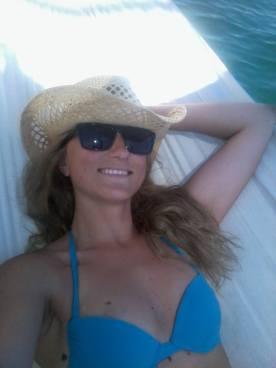 auf einer Hängematte auf dem Meer vor Ibiza's Küste